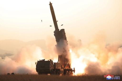 지난달 31일 북한이평안남도 순천 일대의 이동식 발사차량(TEL)에서 동해를 향해 초대형 방사포를 발사하는 모습. 연합뉴스