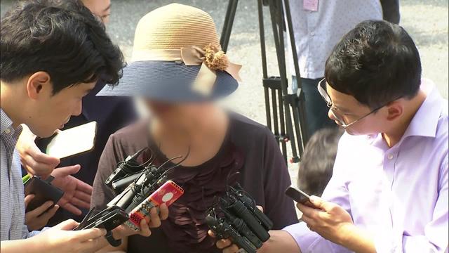 박찬주 전 대장의 부인 전 모 씨. 2017년 8월 군 검찰에 출석하고 있다.