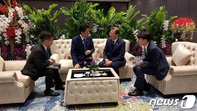 문재인 대통령(왼쪽에서 세번째)와 아베 신조 일본 총리(왼쪽에서 두번째)가 4일 오전 태국 방콕 임팩트 포럼에서 열린 아세안+3 정상회의 참석에 앞서 환담하고 있다. (청와대 제공) 2019.11.4/뉴스1
