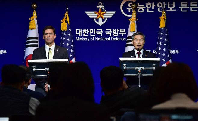 정경두 국방부 장관과 마크 에스퍼 미 국방부 장관이 15일 서울 용산구 국방부에서 제51차 한·미 안보협의회(SCM)를 마친 뒤 공동 기자회견을 하고 있다. 사진공동취재단