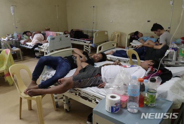 【마닐라=AP/뉴시스】7일(현지시간) 필리핀 마닐라의 성 라자로 정부 병원의 한 병실에서 뎅기열 환자들이 치료를 받고 있다.  필리핀 보건당국은 6일 뎅기열을 전국적으로 창궐하는 전염병으로 선포했다. 보건당국은 올 1월부터 7월20일까지 14만6062명이 뎅기열에 걸려 지난해 같은 기간보다 98% 넘게 급증했으며 이 중 622명이 사망했다고 밝혔다. 2019.08.07.