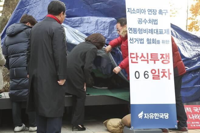 자유한국당 나경원 원내대표가 25일 오전 청와대 앞에서 단식 농성 중인 황교안 대표를 만나기 위해 천막 안으로 들어가고 있다.  임현동 기자