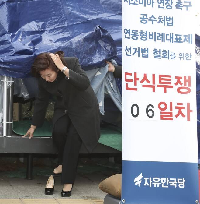 자유한국당 나경원 원내대표가 25일 오전 청와대 앞에서 단식 농성 중인 황교안 대표를 만난 뒤 천막을 나오고 있다.  임현동 기자
