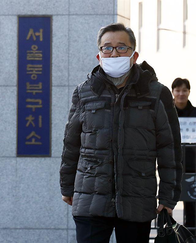 뇌물수수 및 성접대 혐의를 받고 있는 김학의 전 법무부 차관이 1심에서 무죄를 선고 받아 22일 서울 송파구 동부구치소를 나서고 있다. 뉴시스