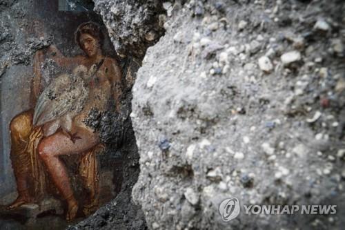백조로 변신한 제우스와 스파르타 왕비 레다의 모습이 그려진 폼페이의 벽화. [EPA=연합뉴스]