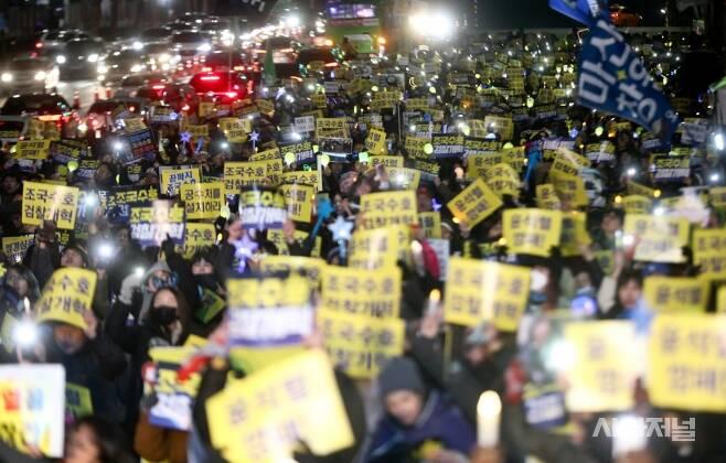 30일 오후 서울중앙지검 앞에서 열린 '끝까지 검찰개혁' 서초동 촛불문화제에 시민들이 참석하고 있다. ⓒ고성준 기자