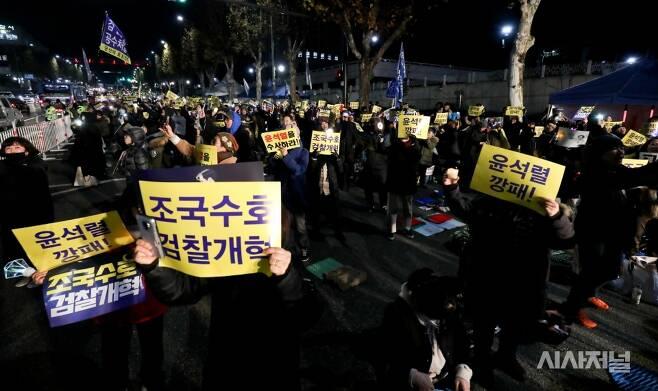 30일 오후 서울중앙지검 앞에서 열린 '끝까지 검찰개혁' 서초동 촛불문화제에 참석한 시민들이 피켓을 들고있다. ⓒ고성준 기자
