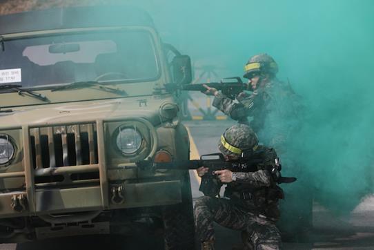 2019년 예비군 훈련이 시작된 3월4일 경기도 남양주시 육군 56사단 금곡 과학화예비군훈련장에서 예비군들이 시가지 전투 훈련을 하고 있다. 연합뉴스