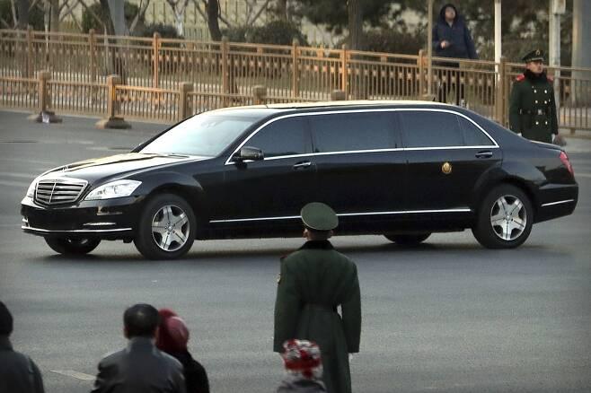 김정은 북한 국무위원장이 지난 2월 중국 베이징을 방문했을 당시 탔던 전용 메르세데스 리무진. AP 연합뉴스