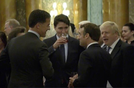 3일(현지시간) 영국 런던 버킹엄궁에서 열린 북대서양조약기구(NATO) 정상회의 환영식에서 대화 중인 정상들. 왼쪽부터 마르크 뤼테 네덜란드 총리, 쥐스탱 트뤼도 캐나다 총리, 에마뉘엘 마크롱 프랑스 대통령, 보리스 존슨 영국 총리. 트뤼도 총리는 당시 대화의 주제가 도널드 트럼프 대통령이었다는 점을 인정했다.[AP=연합뉴스]