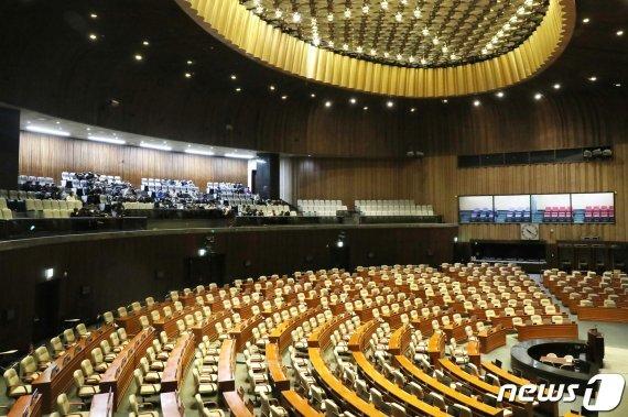 국회 '4+1 공조'는 오는 8일까지 예산안과 패스트트랙 법안에 대한 협상안을 도출하기로 했다. 문희상 국회의장은 오는 9~10일 본회의를 열고 예산안과 패스트트랙 법안, 민생법안을 상정할 방침이다. 뉴스1