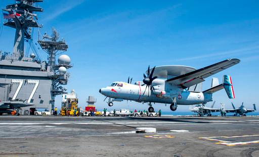 프랑스 해군 E-2 조기경보통제기가 미 해군 핵항모 조지부시호 갑판에 착륙하고 있다. 미 해군 제공