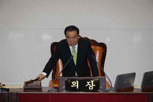 문희상 국회의장이 10일 국회에서 열린 본회의에서 2020 예산안을 가결하고 있다.연합뉴스