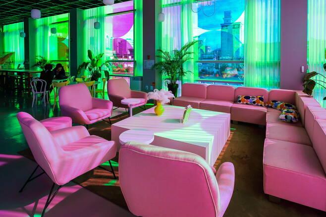 2층 도시탐험카페. 온통 핑크색으로 가득한 특별한 공간이다
