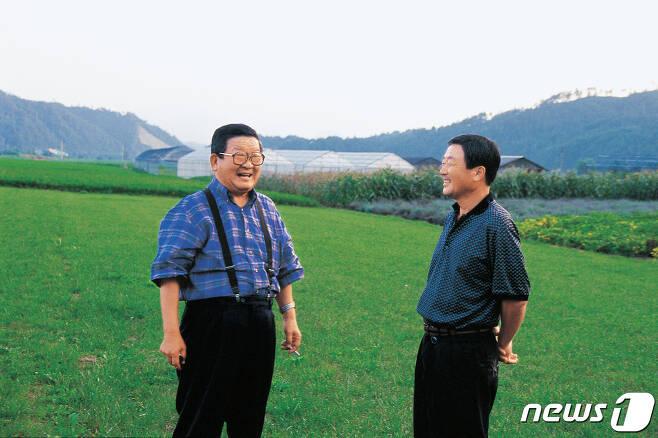 구자경 LG그룹 명예회장(사진 왼쪽)이 14일 숙환으로 별세했다. 향년 94세. 사진은  고인이 자신의 장남인 고 구본무 회장(오른쪽)과 담소를 나누고 있는 모습. (LG 제공)2019.12.14/뉴스1