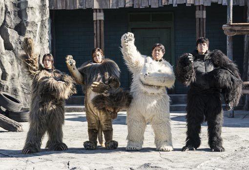 새해 극장가에 동물 소재 영화가 쏟아진다. 폐업 위기의 동물원을 배경으로 한 영화 '해치지 않아'의 한 장면. 사진제공|에이스메이커무비웍스