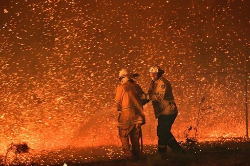 구랍 31일 호주 뉴사우스웨일스주의 나우라 인근에서 산불이 강풍을 타고 번지는 가운데 소방관들이 주거지역을 향하는 불길을 막기 위해 노력하고 있다.나우라=AFP 연합뉴스
