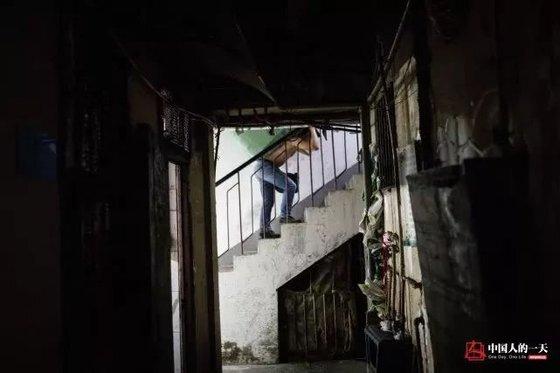 란광후이는 200근 짐을 1층에서 10층까지 나르고 10위안(약 1700원)을 받는다고 한다. [중국 인민망 캡처, 쉬캉핑]