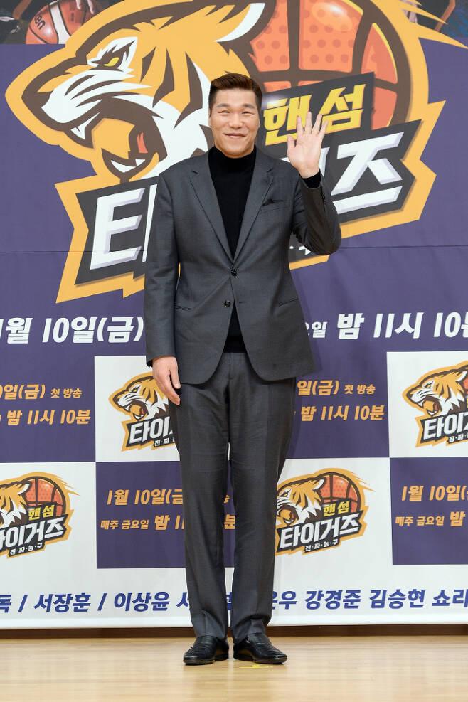 9일 예능 '핸섬타이거즈' 제작발표회에서 포즈를 취하고 있는 방송인 서장훈. 사진 SBS