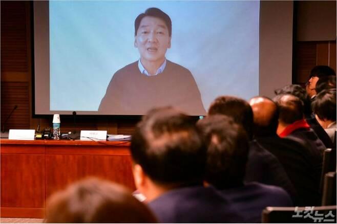정계복귀를 선언한 안철수 바른미래당 전 대표가 9일 오전 국회 의원회관에서 열린 '한국정치 이대로 좋은가?' 미래 정책토론회에서 영상 메시지를 전달하고 있다. 윤창원기자