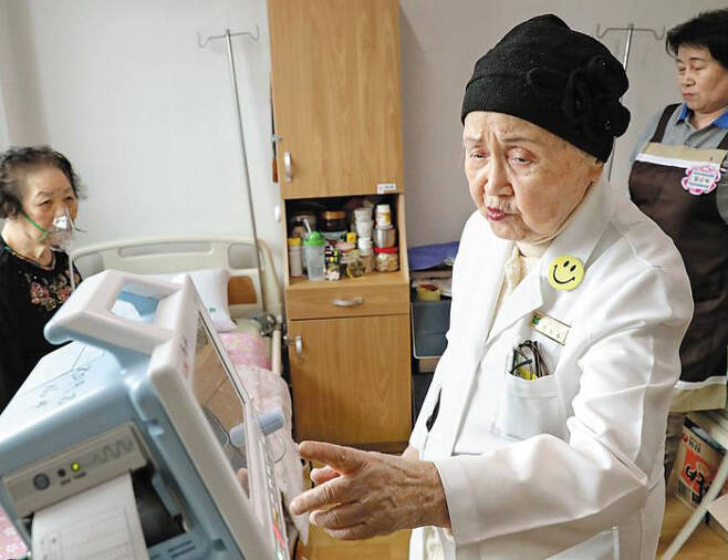 한씨가 환자의 산소포화도 측정기를 점검하는 모습. 한씨는 12년째 하루 20여명의 환자를 둘러보고 처방을 내리고 있다. /남강호 기자