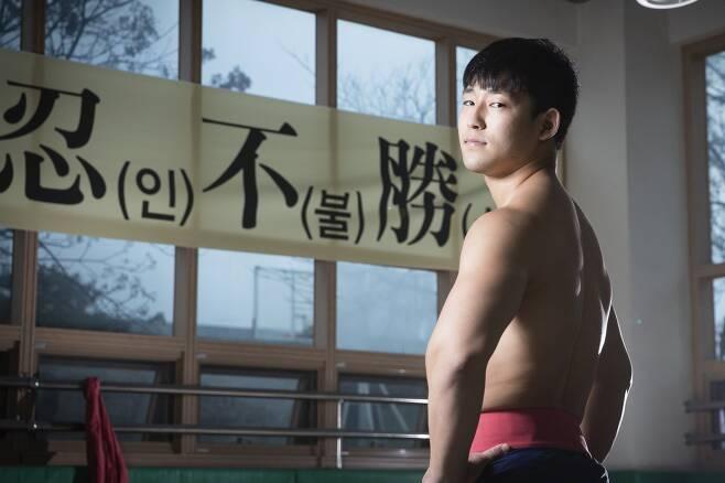 초등학교 5학년 씨름을 시작한 손희찬 선수는 왜소한 체격탓에 체중을 늘리는 일도, 합숙생활도 힘들었지만 믿고 응원해주시는 부모님을 생각하며 인내했다고 말했다. 장진영 기자