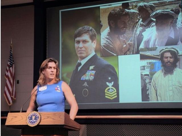 - 트랜스젠더의 군복무를 놓고 미국에선 오랫동안 논쟁이 계속됐다. 사진은 미 해군 특수부대 '네이비실'에서 20년간 근무하며 10여 차례의 작전에 참여한 트랜스젠더 대원 크리스틴 벡의 모습. 그는 2011년 전역한 뒤 여성으로 성전환 수술을 했다.AP 연합뉴스