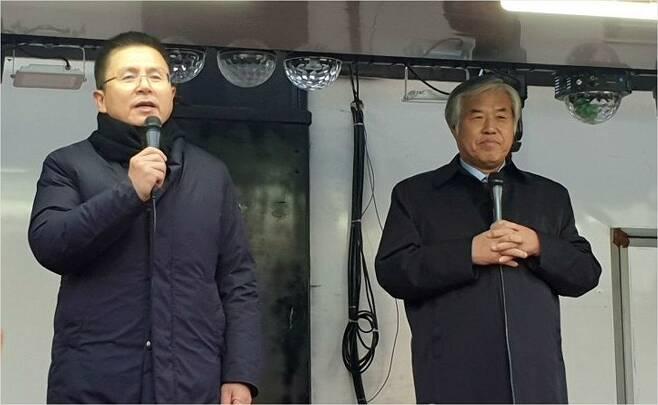 지난해 11월 20일 전광훈 목사와 함께 연설하는 자유한국당 황교안 대표.(사진=연합뉴스)