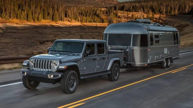 글래디에이터가 도로에서 캠핑카를 견인하는 모습. 이 차는 적재함 620kg을 포함해 최대 3.4t까지 견인할 수 있다. [사진=FCA코리아]