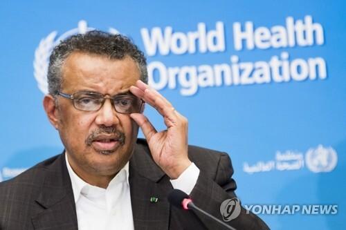 WHO, 신종코로나 '국제적 공중보건 비상사태' 선포 (제네바 AP=연합뉴스) 테드로스 아드하놈 게브레예수스 세계보건기구(WHO) 사무총장이 30일(현지시간) 스위스 제네바의 WHO 본부에서 긴급 위원회 회의 직후 기자회견을 갖고 신종 코로나바이러스 감염증인 '우한 폐렴'에 대해 '국제적 공중보건 비상사태'(PHEIC)를 선포한다고 밝히고 있다. leekm@yna.co.kr