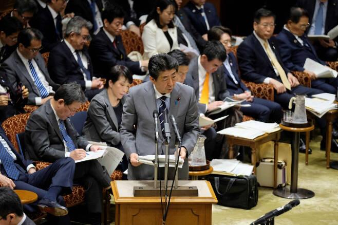 아베 신조 일본 총리가 지난달 30일 국회 참의원 예산위원회에서 답변하고 있다. 도쿄/AFP연합뉴스