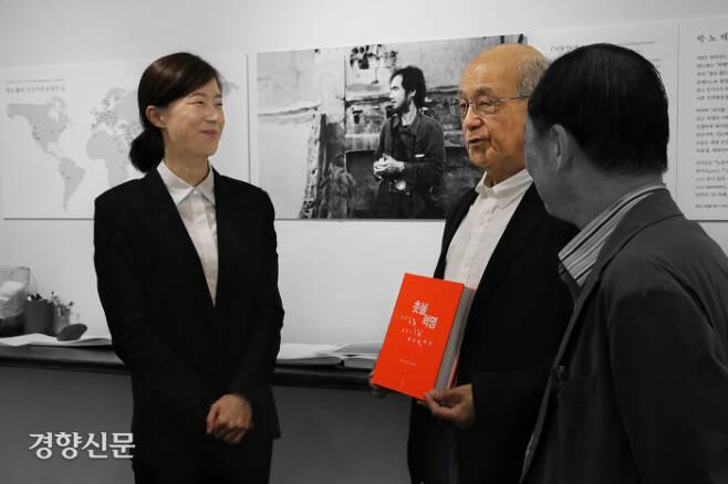 김예슬 나눔문화 사무처장(왼쪽)과 시라이 다카시 일본 희망연대 대표(가운데). 도서출판 느린걸음 제공