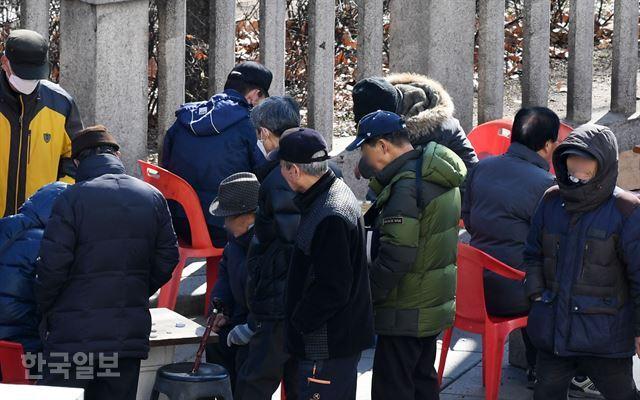 3일 오후 서울 종로구 탑골공원에서 대부분 마스크를 착용하지 않은 채 노인들이 장기를 두거나 구경을 하고 있다. 홍인기 기자