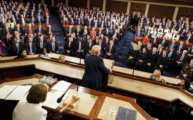 트럼프 대통령이 4일 상하원 합동의회에 참석해 국정연설을 하고 있다. [AP=연합뉴스]