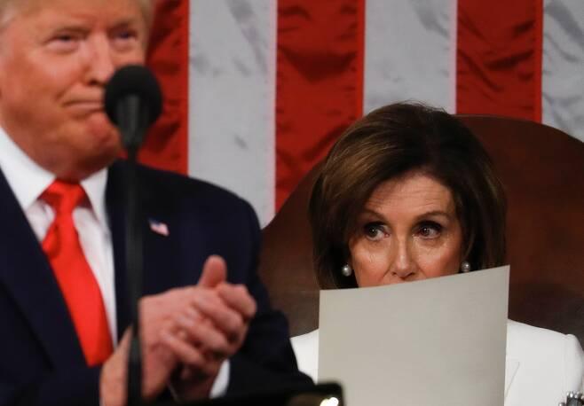 트럼프 대통령이 4일 상하원 합동의회에 참석해 국정연설을 하는 동안 낸시 하원의장이 트럼프를 노려보고 있다. [AFP=연합뉴스]