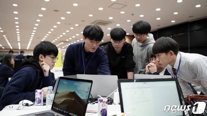 21일 대전에서 열린 2019 SW마이스터고 연합 해커톤 대회에서 소프트웨어마이스터고 학생들이 아이디어 회의 및 해커톤을 진행하고 있다. (과학기술정보통신부 제공) 2019.11.21/뉴스1  <저작권자 © 뉴스1코리아, 무단전재 및 재배포 금지>