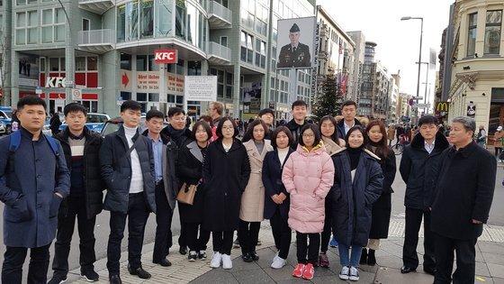 김일성대와 남한 대학생들이 함께 독일 분단의 상징인 체크포인트 찰리를 현장답사하고 있다. [사진 베를린자유대]