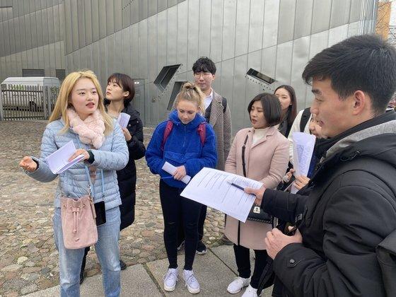 김일성대와 남한 대학생들이 함께 독일 분단의 상징인 베를린 장벽공원을 현장답사하고 있다. [사진 베를린자유대]