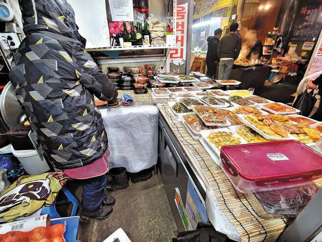 17일 충남 아산의 온양온천전통시장에서 반찬 가게 주인 A씨가 손님 없는 가게를 지키고 있다. /김석모 기자