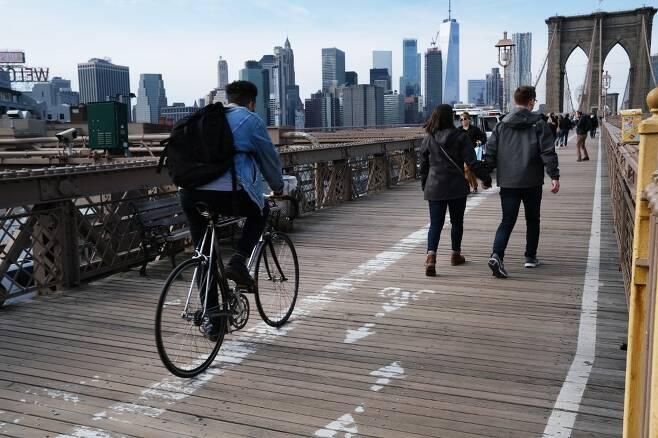 뉴욕 브루클린 다리를 건너는 사람들. /AFPBBNews=뉴스1