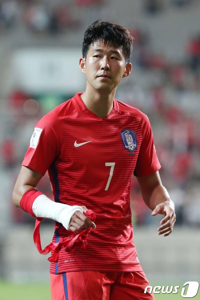 오른팔 골절상을 입은 손흥민이 무사히 수술을 마쳤다. © News1 임세영 기자