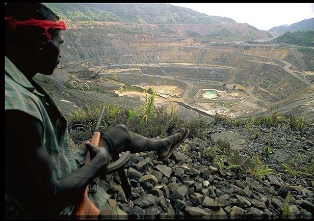 1988년부터 10년간 지속된 부겐빌-파푸아뉴기니 무력 충돌의 근간에는 세계적 매장량을 갖춘 부겐빌 팡구나 광산을 둘러싼 양측의 이해관계도 작용했다. 내전 당시 부겐빌 혁명군이 팡구나 광산을 통제하고 있는 모습. 뉴질랜드 외교부 홈페이지 캡처