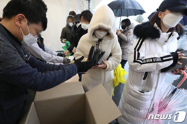 신종 코로나바이러스 감염증(코로나19) 확산으로 대구·경북 지역에서 마스크 대란이 벌어지는 가운데 25일 오전 이마트 마스크 2차 물량 판매가 시작된 이마트 경산점에서 시민들이 마스크를 사고 있다. 2020.2.25/뉴스1 © News1 공정식 기자