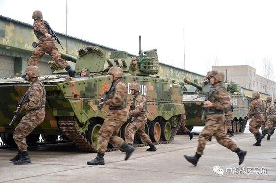 중국 육군이 140만 개의 방탄복 구매에 나서 눈길을 끌고 있다. 중국 해방군 사상 처음 있는 일로 대만 해방 준비를 위한 것이란 분석이 나오고 있다. [중국 현대함선잡지사망 캡처]