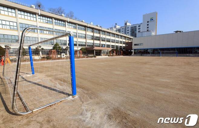 신종 코로나바이러스 감염증(코로나19) 국내 확진자가 4천 명을 넘어선 2일 서울의 한 초등학교 운동장이 텅 비어있다.  교육부는 전국의 유치원과 초중고교의 개학을 3월 2일에서 9일로 1주일 늦춘 데 이어 이날 2주를 더 연기하기로 했다. 따라서 전국 초등학교 개학일은 오는 23일이며, 이후에는 지역별 상황에 맞춰 개학일을 조정한다고 밝혔다. /사진=뉴스1