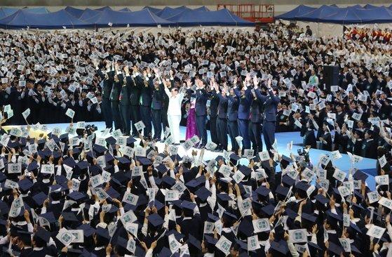 신천지 내부 행사에서 이만희 총회장이 흰 양복을 입고서 단상에 올라가 있다. [중앙포토]