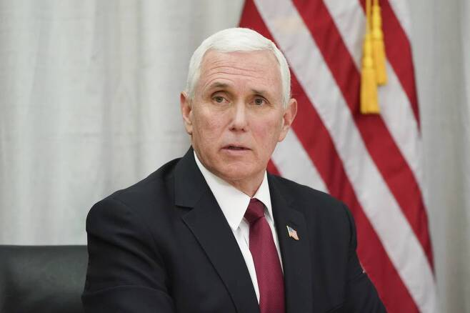 """마이크 펜스 미국 부통령이 5일(현지시간) 미 미네소타주 메이플우드의 3M 월드 본부를 방문해 3M 임원과 팀 월츠 미네소타 주지사를 만나 신종 코로나바이러스 감염증(코로나19)에 대한 대응을 논의했다. 펜스 부통령은 이날 """"아직 미국 내 코로나19 진단 수요를 맞출 만큼의 검사 키트가 확보되지 못한 상태""""라고 밝혔다. 이에 대해 CNN은 """"미국인들에 대한 코로나19 진단 검사가 혼란을 빚고 지연되는 것 같다""""면서 """"펜스 부통령이 수요를 맞출 검사 키트의 수가 부족함을 인정했다""""라고 전했다. 2020.03.06.뉴시스"""