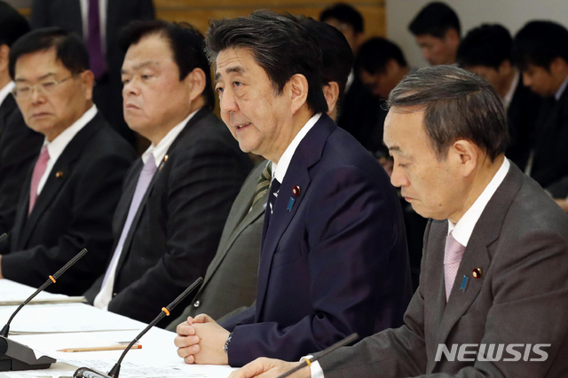 [도쿄=AP/뉴시스]아베 신조 일본 총리가 지난 5일 도쿄 총리 관저에서 열린 신종 코로나바이러스 감염증(코로나19) 대책회의에서 발언하고 있다. 오른쪽에는 스가 요시히데 관방장관이 자리했다. 아베 총리는 이 자리에서 한국과 중국에 대한 입국 제한 조치를 발표했다. 2020.03.09.