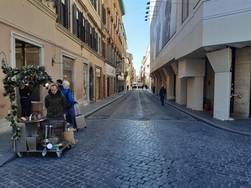 (로마=연합뉴스) 전성훈 특파원 = 명품 상점들이 즐비해 수많은 관광객들이 찾는 로마 스페인 광장 앞 '비아 코로소'도 적막감에 휩싸여 있다. 2020. 3. 11.