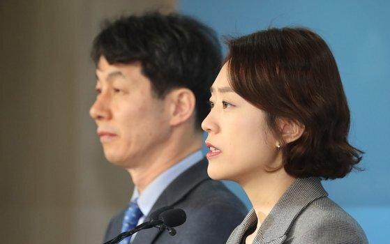 고민정(오른쪽) 전 청와대 대변인과 윤건영 전 청와대 국정기획상황실장. [뉴스1]